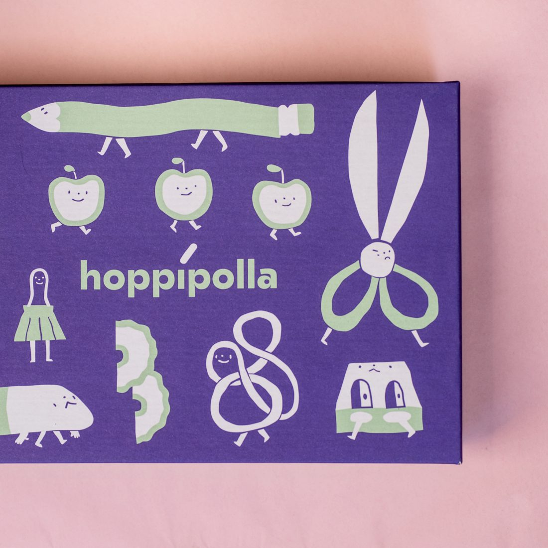 Il set di matite e la scatola illustrata da Simone Razzano per Hoppípolla. Stampa a cura di Printaly