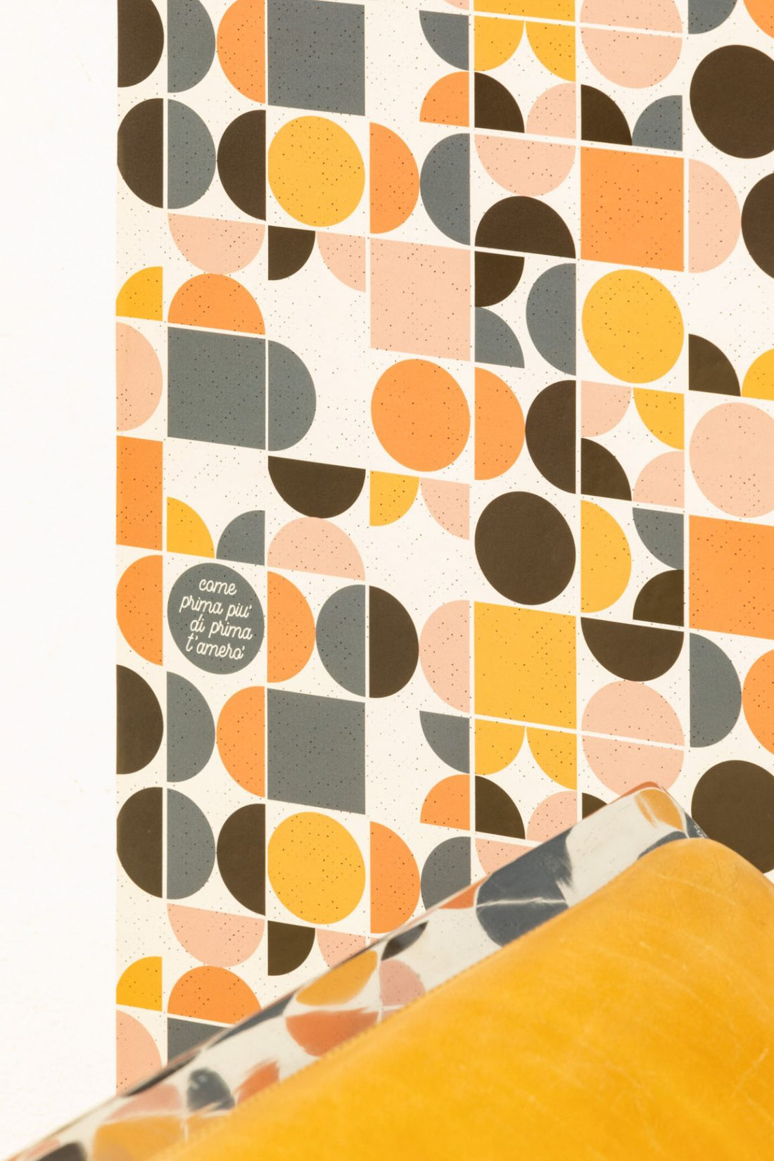 La mostra a tema anni Cinquanta che espone i pattern in formato carta da parati
